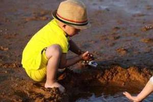 孩子玩泥巴竟然会导致失明?就问你怕不怕