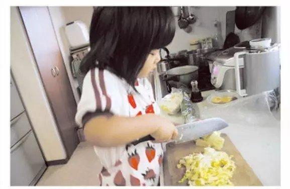母逼女儿拿刀做菜:原因感动无数人