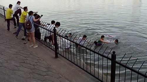 4名青年勇救两名落水儿童:少救一个都不会心安