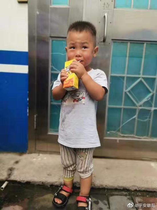 急寻线索 北京朝阳民警捡拾一名幼童