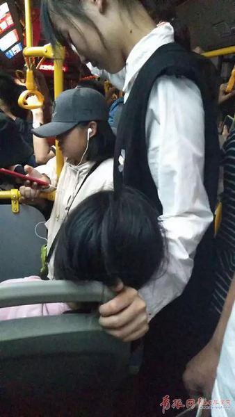 公交车上小女孩睡着 陌生人这个动作一路守护(图)