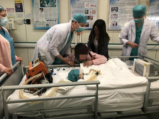 """男童脑死亡家长捐出全部器官 女童重获""""心""""生"""
